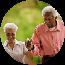 Couple d'aînés main dans la main, se soutenant mutuellement pour leurs maladies chroniques.