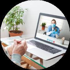 Rencontre virtuelle avec médecin sur ordinateur portatif pour discuter des prescriptions médicales.