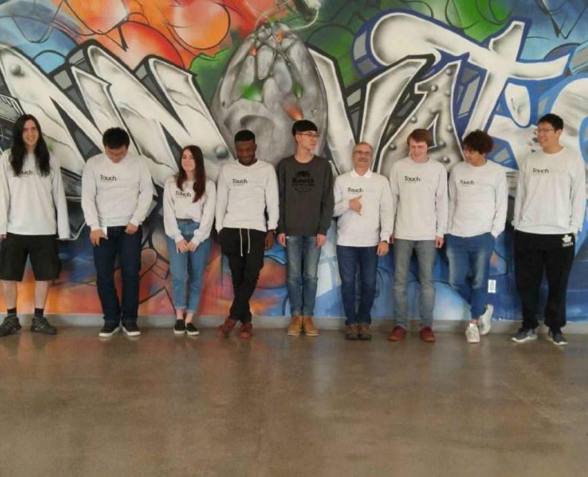 Employés d'Aetonix à Invest Ottawa devant la murale