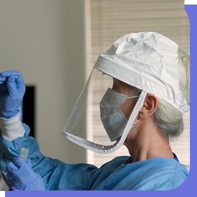 Personnel d'hôpital avec visière et masque étant testé pour le COVID-19 afin de gérer et coordonné son parcours