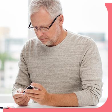Homme testant son niveau de glucose pour entrer ses résultats dans aTouchAway afin de recevoir des conseils de soins, tel que de réduire son niveau d'insuline.